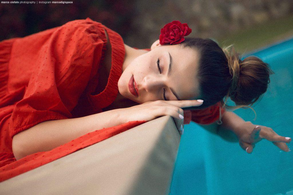 Arianna Red Dress - servizio fotografico a bordo piscina